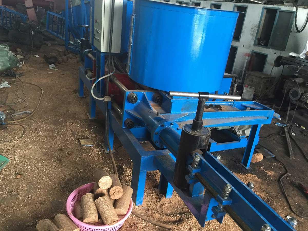 sử dụng củi mùn cưa tiết kiệm chi phí nhân công sản xuất
